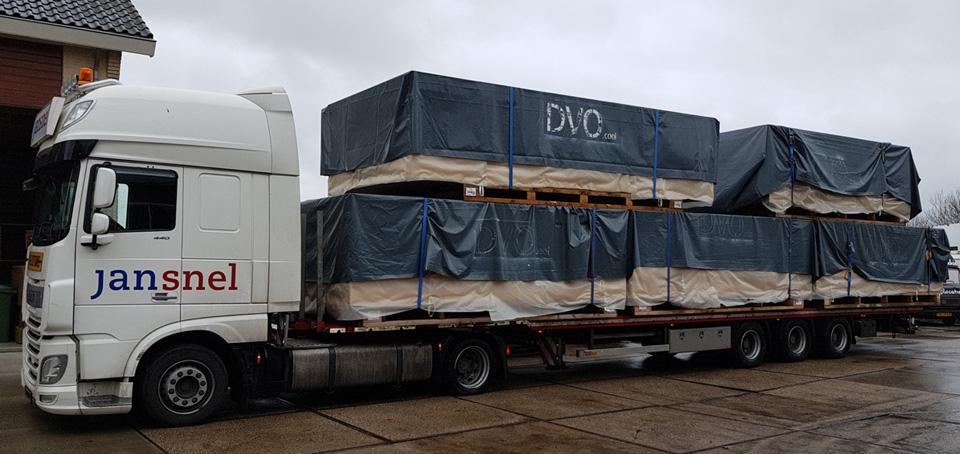 Truck beladen met DVO panelen
